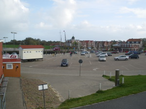Parkplatz zum Hafen von Neuharlingersiel