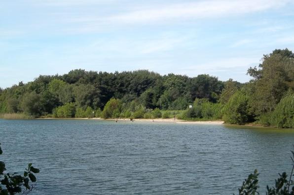 Der iydllische Badesee im Ferienpark Hage