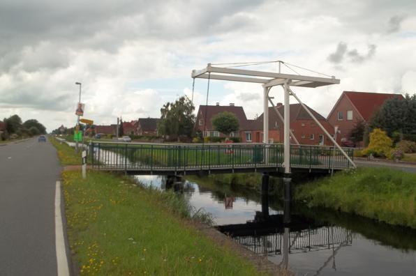 Eine von vielen Fehnbrücken über den Fehnkanal