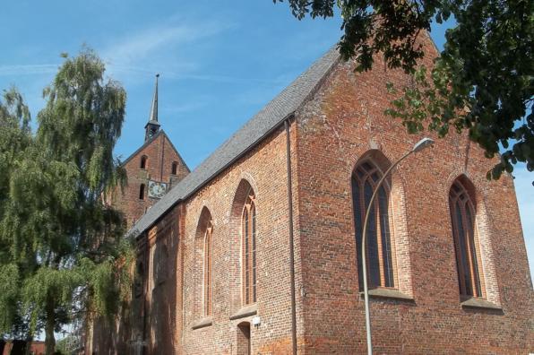 Die wuchtige, alte Kirche in Hage