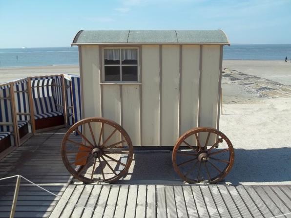 Alter Badekarren am Strand von Norderney