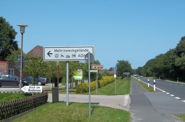 Hinweisschild zum Mehrzweckgelände in Tannenhausen